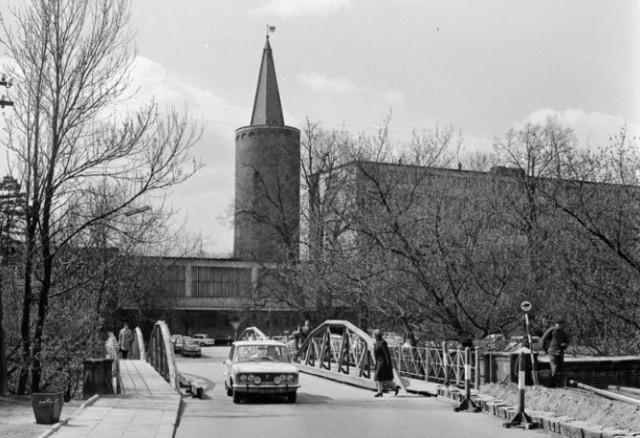 Opole. Widok na Most Zamkowy, w tle Wieża Piastowska i Urząd Wojewódzki. Rok 1974.