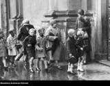 Rozpoczęcie roku szkolnego na archiwalnych zdjęciach. Jakie tradycje są związane z pierwszym dniem szkoły?