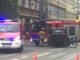 Wypadek na Gdańskiej w Łodzi. Dachowanie samochodu po zderzeniu na skrzyżowaniu Skłodowskiej i Gdańskiej w Łodzi