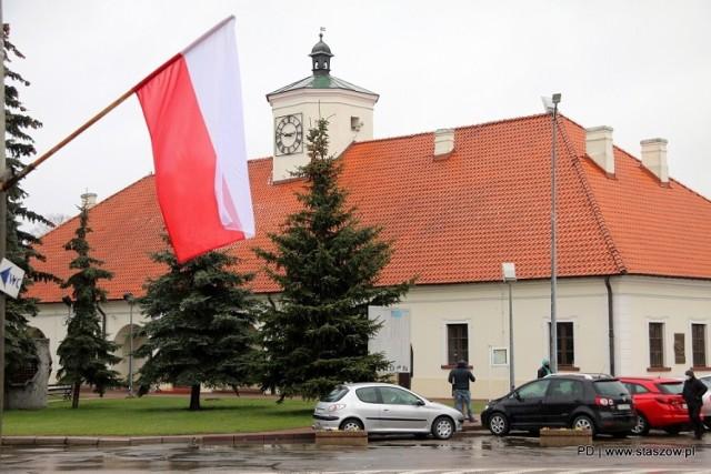 14 kwietnia, po raz trzeci obchodziliśmy święto Chrztu Polski. Święto to zostało ustanowione przez sejm 22 lutego 2019 roku i ma na celu upamiętnić jedno z najważniejszych wydarzeń w dziejach historii Polski, jakim był chrzest. Zapoczątkował on proces chrystianizacji polskich ziem, a został przyjęty przez Mieszka I w 966 roku. Tą datę uważa się za symboliczny początek państwa polskiego oraz polskiego kościoła katolickiego. Z okazji święta w Staszowie na rynku oraz przed urzędem zawisły biało-czerwone flagi.  Więcej na kolejnych slajdach>>>