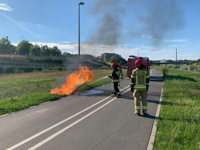 Przyczyną pożaru był najprawdopodobniej porzucony w plastikowym pojemniku gorący popiół.