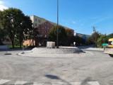 Budowa ronda na skrzyżowaniu trzech ulic w Jędrzejowie nadal trwa. Kiedy otwarcie?