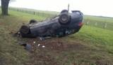 Dachowanie na drodze krajowej nr 45 w Straduni. Volkswagen passat wypadł z drogi
