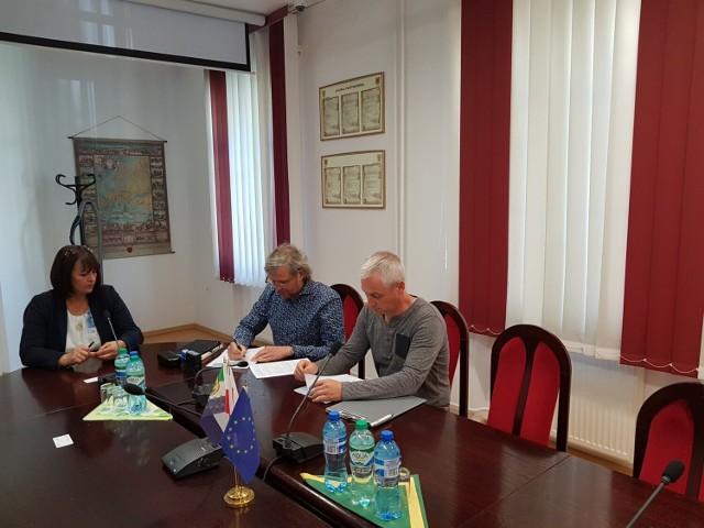 Podpisanie umowy na budowę sali sportowej w Łubowie