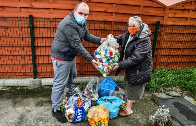 Bydgoszczanka przekazała nakrętki rodzinie Bartka. Dla chłopca będzie to bardzo cenna pomoc.
