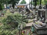 Zniszczone groby i alejki na Starym Cmentarzu w Łodzi przy Ogrodowej. Skutki burzy w Łodzi