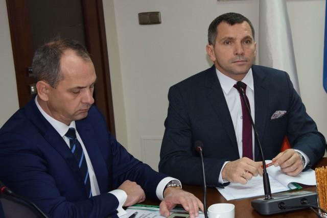 Burmistrz Pajęczna Piotr Mielczarek (z prawej) nie ma sobie nic do zarzucenia jeśli chodzi o sprawę składowiska odpadów, czy powołanie zastępcy.