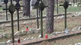 Znicze na grobach żołnierzy z I wojny światowej na cmentarzu w Kotowicach ZDJĘCIA