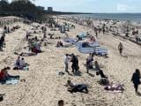 Słoneczna niedziela i tłumy w Międzyzdrojach. Piękna pogoda przyciągnęła nad morze. ZDJĘCIA