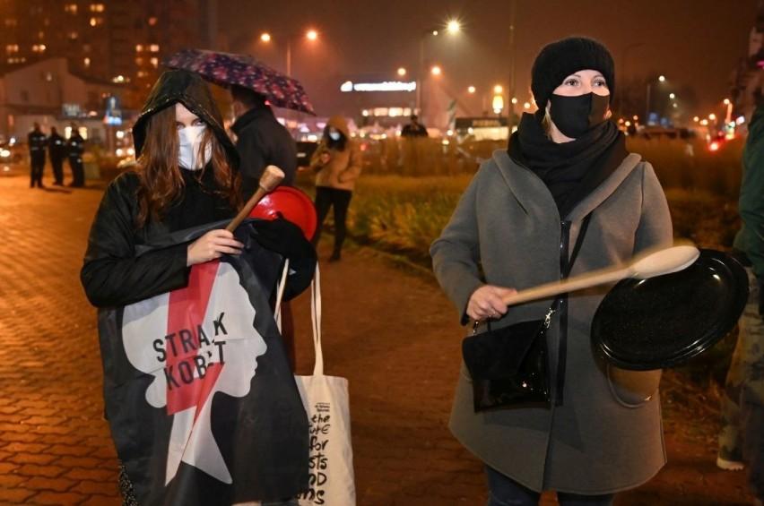 Kobiety głośno uderzały w gary! Kielce wystąpiły w obronie kobiet. Zobaczcie jak wyglądał protest [DUŻO ZDJĘĆ]