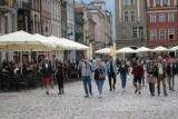 Tłumy na Starym Mieście w Poznaniu i za dnia, jednak mniejsze w porównaniu do nocy. Ogródki gastronomiczne otwarte dla gości. Zobacz zdjęcia