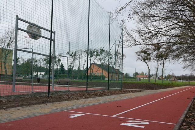 Remont boiska przy Szkole Podstawowej w Terespolu Pomorskim pochłonął prawie pół miliona złotych