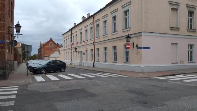 Chłopiec trafił do szpitala w Bydgoszczy po tym, jak w Chełmnie zdenerwowany nieznany kierowca złapał goi robił jego głową szybę w samochodzie rodziców dziecka