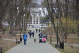 Tarnów. Wiosenne spacery w tarnowskich parkach. Tarnowianie wyruszyli na nie z całymi rodzinami [ZDJĘCIA]