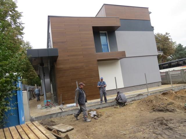 Prace przygotowujące budynek do nowych funkcji dobiegają końca. Na razie wiadomo tyle,  że prowadzona tu działalność znajdzie się w strukturze Miejskiego Ośrodka Pomocy Społecznej