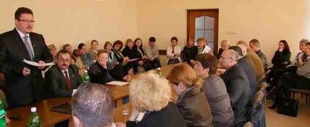 """Decyzja o pozostawieniu szkoły w Łękach zapadła podczas spotkania """"ostatniej szansy"""". Rodzice oraz samorządowcy podpisali porozumienie dotyczące przyszłości placówki"""