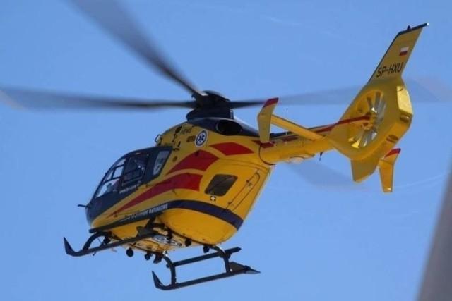 Wypadek w Przywidzu. Jedna z rannych osób została przetransportowana do szpitala helikopterem, dwie pozostałe ranne w wypadku osoby opatrywane są na miejscu.