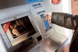 W tych bankach kasują coraz więcej za wypłaty z bankomatów [lista banków]