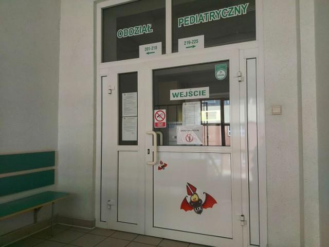 Burza wokół zawieszenia pracy oddziału pediatrycznego Szpitala Powiatowego w Międzychodzie z pismami i oświadczeniami w tle.