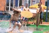 To już lato! Studenci stworzyli plażę i świetnie się bawią [Zdjęcia]