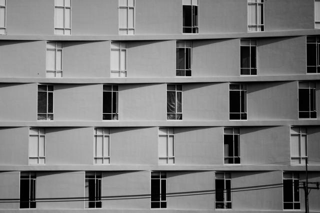 Co mieszkaniec bloku może robić z oknami? Tylko to, na co sąsiedzi pozwolą