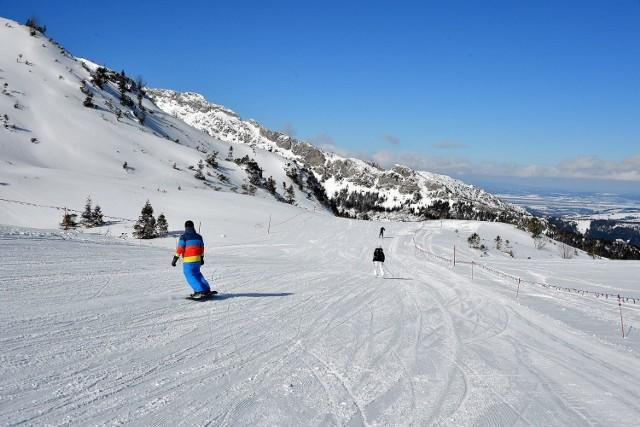 Tatry są bliżej  W polskie góry dla wszystkich Polaków jest bliżej. Mieszkańcy Pomorza mają co prawda najdalej w Tatry, ale i tak o kilkaset kilometrów bliżej niż, gdyby chcieli jechać do Tyrolu w Austrii. Po co więc tłuc się samochodem kilkanaście godzin w Alpy austriackie, jak można szybciej dojechać w nasze góry...