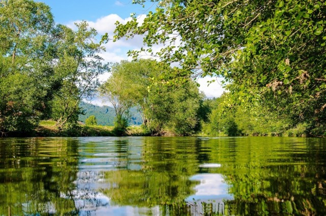 Szybki wypad na spacer nad wodą lub weekend w biwakowym stylu przy ognisku - wystarczy wybrać odpowiednie jezioro i się spakować. Podpowiadamy, gdzie czekają na Was najlepsze wakacyjne miejscówki.   Szczegóły w galerii zdjęć! >>>