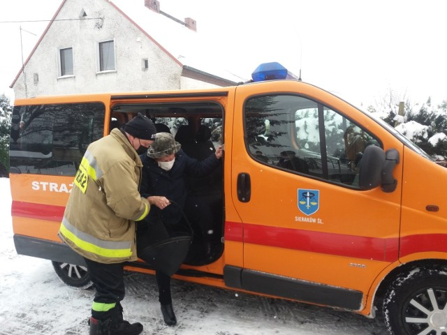 Strażacy z powiatu lublinieckiego pomagają w transporcie do punktów szczepień