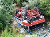 Wypadek w Rozdzielu. Ciężarówka wpadła do rzeki, kierowca został zabrany do szpitala, 27.07.2021 [ZDJĘCIA]