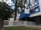 Z budynku akademika Niechcic w Opolu spadł duży kawałek szkła