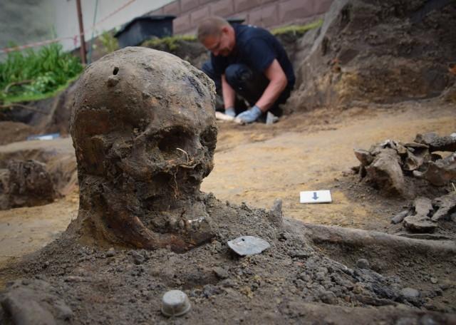 Szczątki niemieckich żołnierzy zostaną poddanie badaniom antropologicznym. One pozwolą określić wiek poległych, a także być może dadzą odpowiedź na pytanie, jak zginęli.