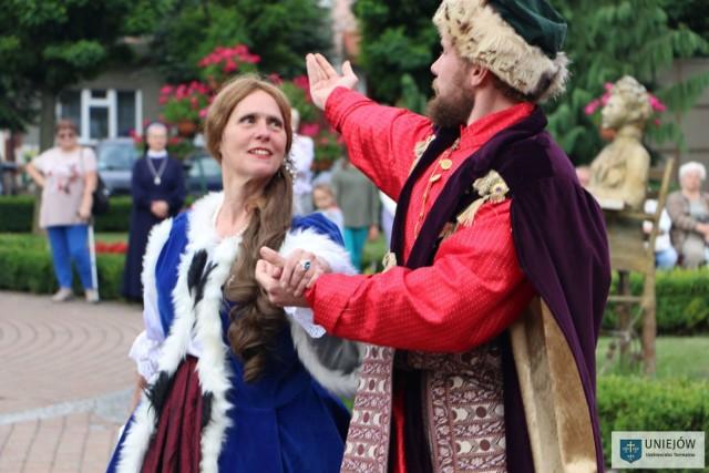 Widowiskowe tańce dworskie na uniejowskim Rynku