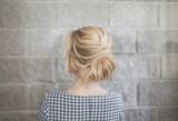Proste fryzury na co dzień. Nie musisz być fryzjerką, by tak efektownie upiąć włosy. Te fryzury cię zainspirują