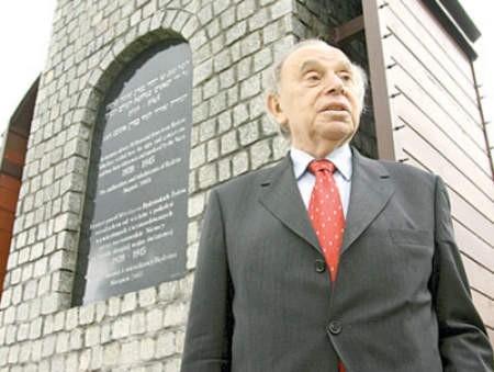 Arno Lustiger na Placu Bohaterów Getta Będzińskiego.