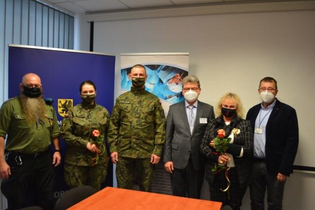 Brawo dla tych osób! Piotr Merecki (od lewej), żołnierze WOT, Danuta Wawrowska zostali wyróżnieni przez Zarząd szpitala.