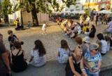 Kraków tętni życiem. Tłumy na bulwarach wiślanych i Rynku Głównym [ZDJĘCIA]