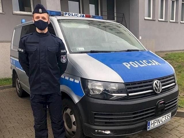 """Jeszcze nie był w szkole policji, ale już pracuje na komendzie. I do tego zachęca innych, aby wstąpili w szeregi policji. Michał Jarząbek do pracy został przyjęty na """"epidemicznych"""" zasadach."""