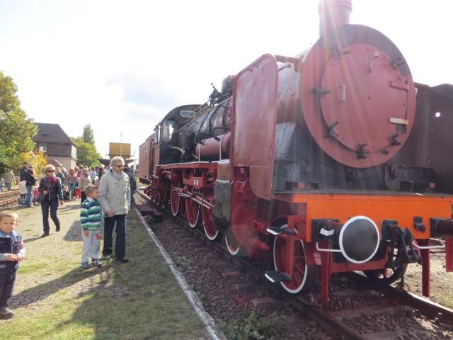 Mieszkańcy Żar i Żagania walczą o rewitalizację linii kolejowej nr 275. Na zdjęciach archiwalnych lokopiknik na żagańskim dworcu.