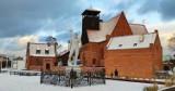 Śnieżny Hel w styczniu 2021. Początek Polski cały biały. Śnieg nie oszczędził też helskiego Neptuna. Biała zima na Półwyspie Helskim! | FOTO