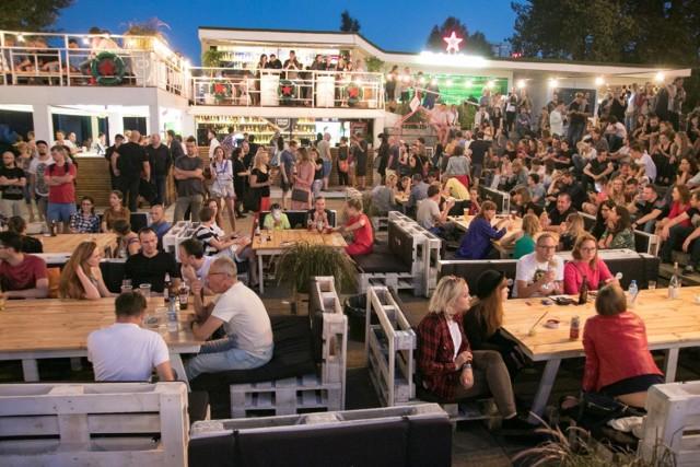 Imprezy nad Wisłą w Warszawie, 17-19 sierpnia. Koncerty, warsztaty, albo wyjątkowy spacer - nadchodzący weekend to idealna okazja, aby wybrać się nad Wisłę i spędzić miło czas. Samemu bądź w towarzystwie. Przejdź do artykułu poniżej, aby znaleźć wydarzenie dla siebie.