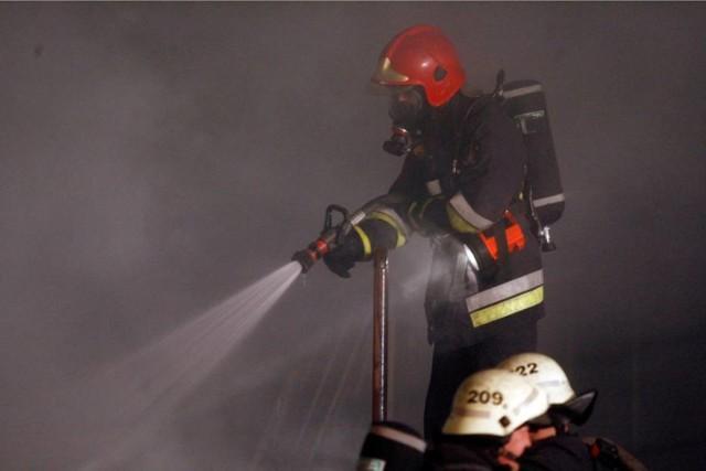 Pożar wybuchł w czwartek w nocy w garażu podziemnym jednego z bloków przy ulicy Żmudzkiej w Bydgoszczy.