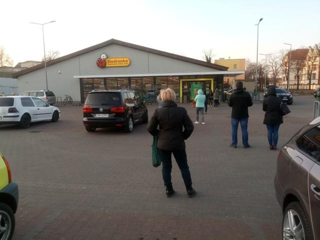 Kolejki przed sklepami w Krośnie Odrzańskim. Ostrzeżenia na drzwiach. Koronawirus szaleje i nie ułatwia nam życia.