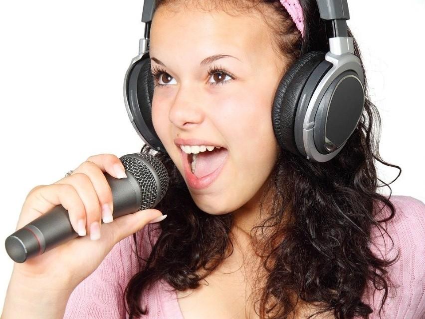 Układanie piosenek i prostych wierszyków, śpiewanie i...