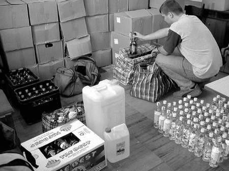 W garażu mieszkańca Częstochowy policja zarekwirowała ponad półtora tysiąca litrów skażonego alkoholu.  Fot. Irena Bazan-Zaborowicz