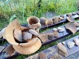 Niezwykłe odkrycie w Tucholi Żarskiej. Dzieci znalazły w piaskownicy garnki i urny z prochami ludzkimi sprzed ponad 3 tysięcy lat!