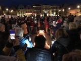 Światełko dla Nauczycieli na Starym Rynku w Pucku. Ze świeczek i zniczy ułożyli wielki wykrzyknik | ZDJĘCIA, WIDEO
