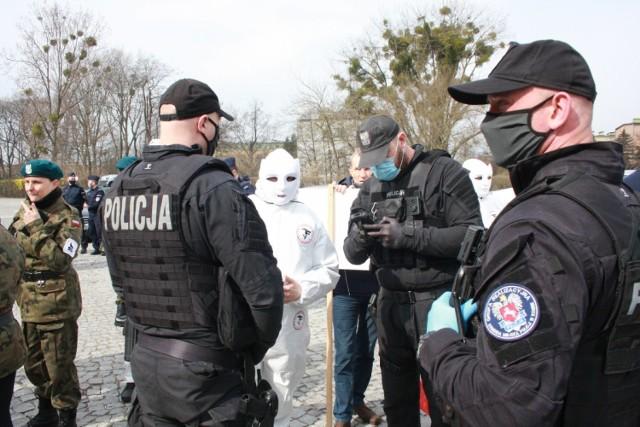O godzinie 10:00 pod Ośrodkiem  Sportowo- Rekreacyjnym  HALA RONDO  zebrała się grupa kilkudziesięciu osób ubranych na biało, która protestowała przeciwko obostrzeniom spowodowanym pandemią koronawirusa.