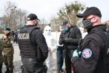 """Konin: """"Spacer wolnych ludzi"""" przeszedł miastem. Przeciwnicy obostrzeń spisani przez policję"""
