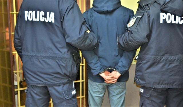 W Kętach, na ulicy Żwirki i Wigury, w wyniku bójki trzech bezdomnych, jeden poniósł śmierć. Policja zatrzymała sprawców zdarzenia