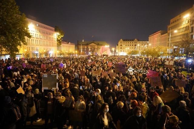 Poniedziałek, 26 października, to kolejny dzień, gdy przez Poznań przetacza się fala protestów. Kobiety są zdeterminowane i nie chcą odpuścić w walce o swoje prawa do legalnej aborcji. Blokowały ulice w szczycie komunikacyjnym, a wieczorem protestują w centrum Poznania, pod kurią, pod biurami posłów PiS i pod siedzibą TVP. Przejdź dalej i zobacz kolejne zdjęcia --->